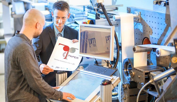 Demnächst von der Rolle: Projektleiter Georg Schmidt mit einem Studenten im Printlabor der TU Chemnitz