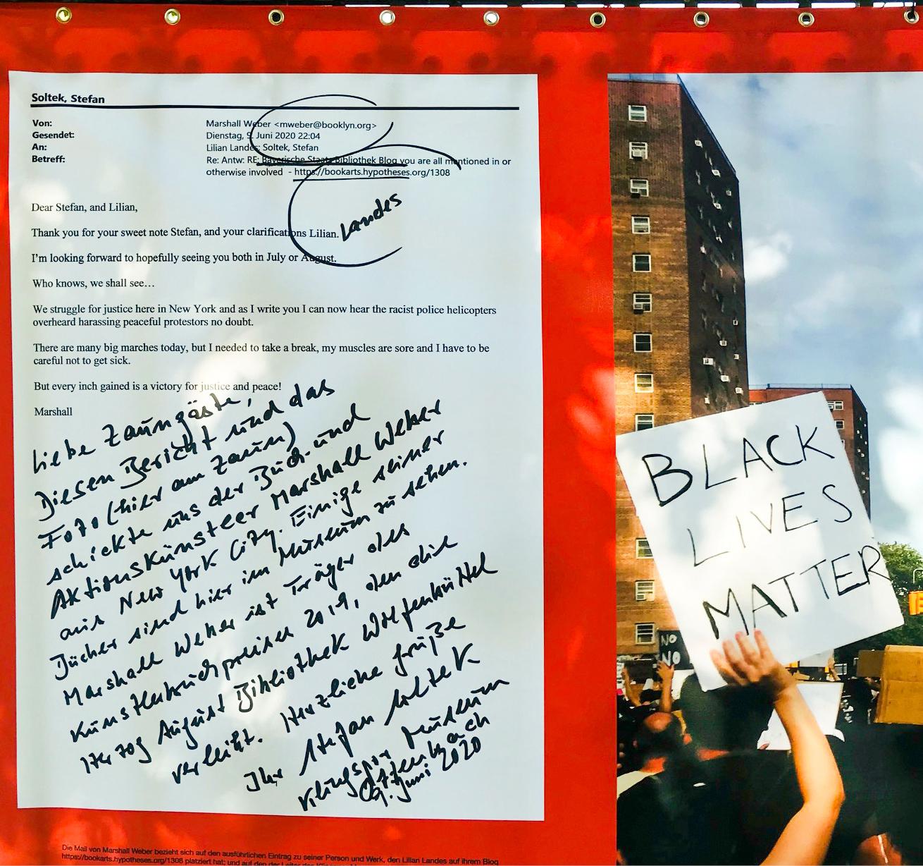 Mitten aus dem Protest der Black-Lives-Matter-Bewegung in New York mailte der Aktionskünstler Marshall Weber an Museumsdirektor Soltek: Während er diese Worte schreibe, kreisten die Hubschrauber der Rassisten über der Stadt. Weber hatte vor einigen Jahren eine Ausstellung im Offenbacher Museum. Weil Soltek das sehr bewegte, hat er kurzerhand ein paar Zeilen an die »lieben Zaungäste« dazugeschrieben. Das Banner ist nur noch auf Fotos zu sehen, es wurde zerstört. Foto: Klingspor Museum
